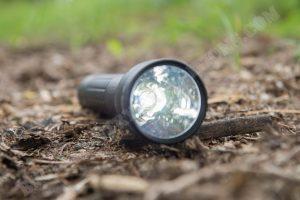 Maglite ML300LX Taschenlampe eingeschaltet kleine Stufe
