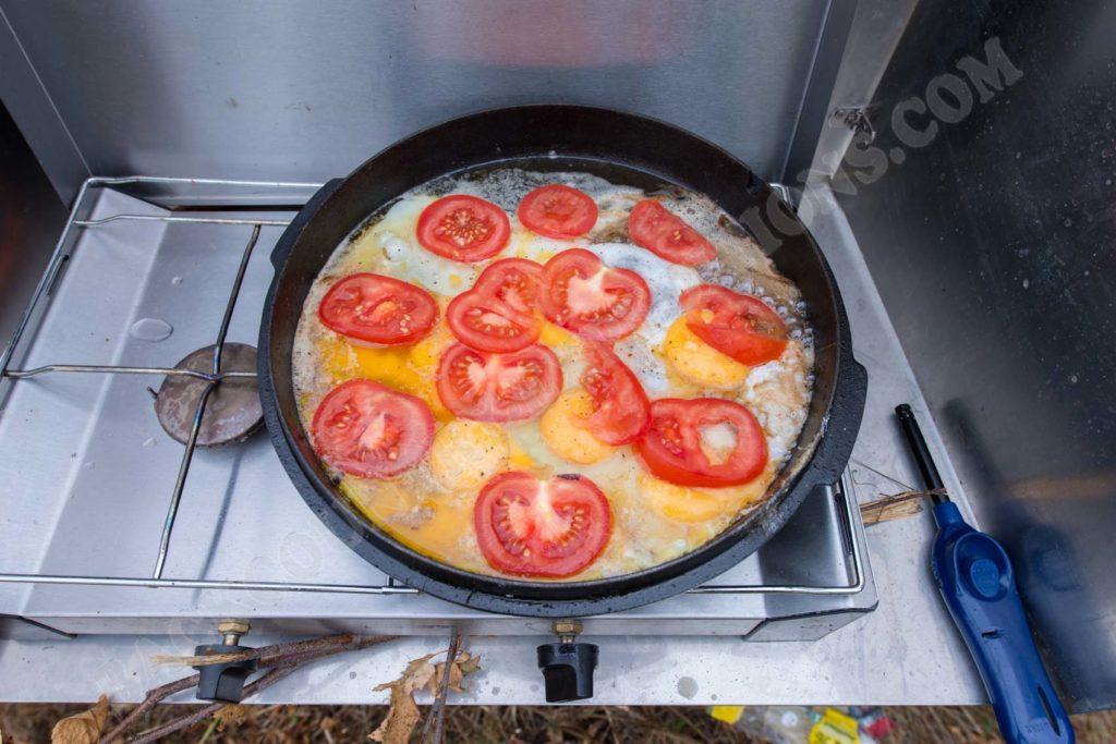 Petromax Feuertopf Rührei mit Tomate